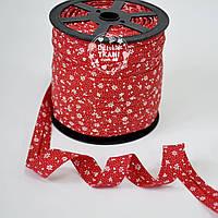 Косая бейка из хлопка с белыми цветочками на красном фоне (18 мм ширина).