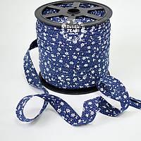 Косая бейка из хлопка с белыми цветочками на синем фоне (18 мм ширина).