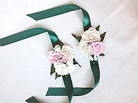 Цветочные свадебные бутоньерки и браслеты для свидетелей в бело-розовых тонах на зеленой ленте