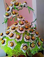 Большой букет из конфет девушке Ромашковый шлейф