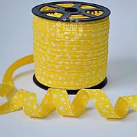 Косая бейка из хлопка с белыми цветочками на жёлтом фоне (18 мм ширина).