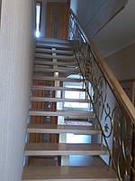 Лестница из дерева с ковкой