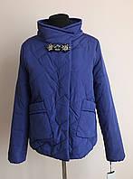 Короткая женская куртка с брошью