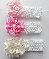 Повязка детская для волос(шир 4см белая) Цветок с декором 7,5см (материал:репс) 3цв. Мин.заказ от 1шт