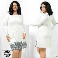 Женское платье белого цвета с черным принтом. Модель 13138. Большие размеры.