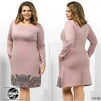 Женское платье розового цвета с черным принтом. Модель 13135. Большие размеры.