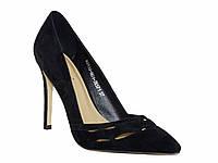 Женские замшевые туфли на каблуке c фигурной перфорацией (черные)