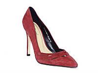 Женские замшевые туфли на каблуке c фигурной перфорацией (бордовые)