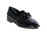 Женские лаковые туфли на низком ходу с шипами (черные)