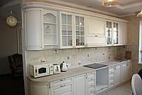Кухня белая с фрезерованными фасадами с патиной