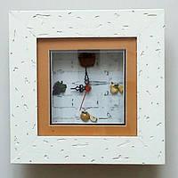 Настенная композиция из часов и картины,обрамленных в деревянную рамку.