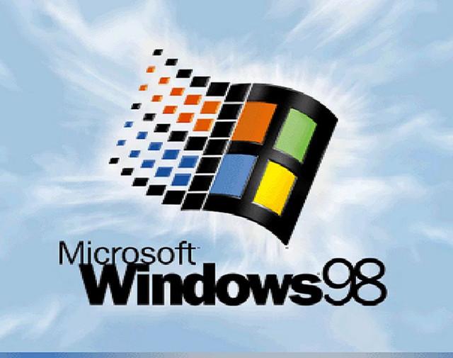 Храбрый малый использует Windows 98 в своей повседневной жизни. Хотите узнать как работать под старой форточкой в 2017??