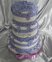 Свадебный торт бело-сиреневого цвета с сиреневыми цветами