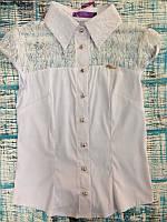 Белая нарядная блузка с золотистыми пуговицами