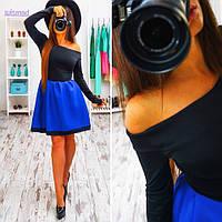Платье с открытыми плечами и синей юбкой