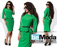 Привлекательное женское платье средней длины с баской на талии и золотистым поясом в комплекте зеленое