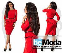 Привекательное женское платье средней длины с баской на талии и золотистым поясом в комплекте красное