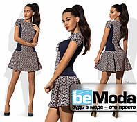 Модное женское короткое платье с клешной юбкой и контрастными вставками по бокам бежевое