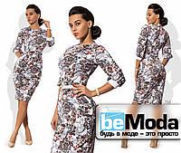 Элегантное женское платье средней длины с цветочным принтом и тонким пояском в комплекте белое