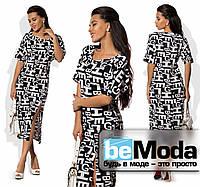 Модное женское платье с принтом в буквы и высоким разрезом впереди черное