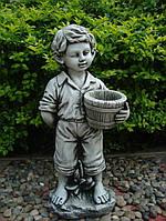 Мальчик с цветочным горшком