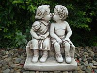 Целующиеся мальчик и девочка