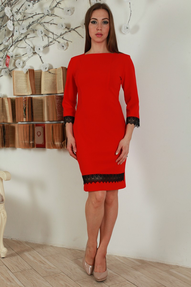 Нарядное приталенное платье декорировано кружевной тесьмой