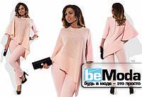 Эффектный женский костюм большого размера из ассиметричной блузы и облегающих брюк розовый