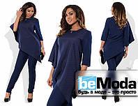 Эффектный женский костюм большого размера из ассиметричной блузы и облегающих брюк синий