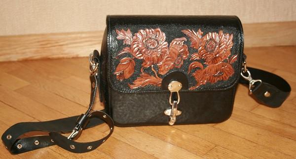 Кожаная сумка полностью ручной работы из очень плотной кожи растительного дубления. Рисунок вытиснен вручную, прошита вощенной нитью седельным швом.