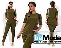 Привлекательный женский брючный костюм из блузы с оригинальными карманами и облегающих брюк зеленый