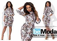 Облегающее женское платье средней длины с ярким цветочным принтом белое