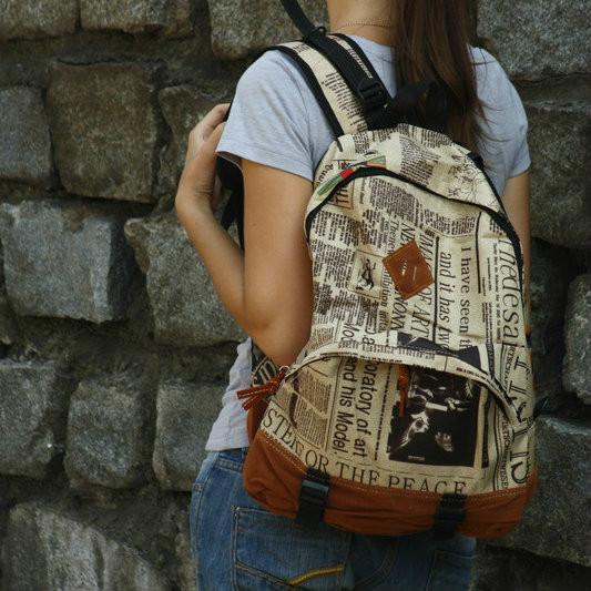 рюкзак с газетным принтом