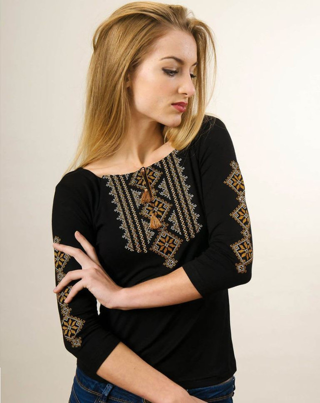 Трикотажная футболка на длинный рукав с вышивкой