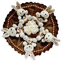 Букет из мягких игрушек Зайки белые на шоколадном