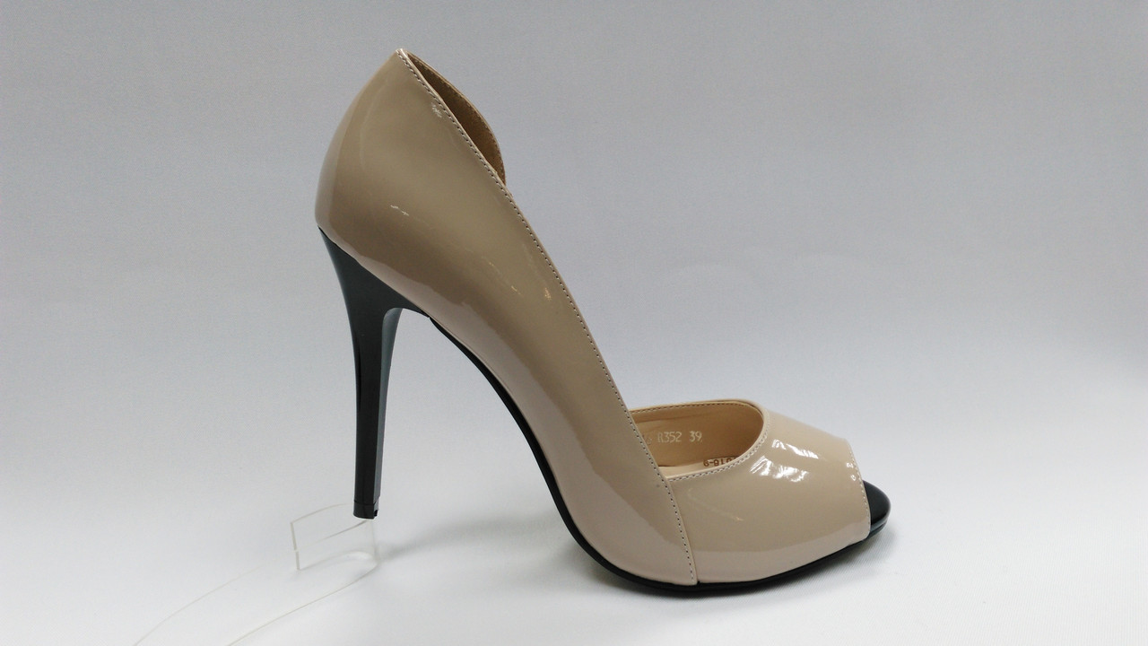 Лаковые туфли с открытым носиком на каблуке .