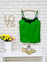 Майка шелковая атласная зеленого цвета с кружевом