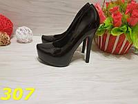 Женские туфли на высоком каблукеи платформе  черные лакированая эко-кожа