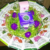 Букет для женщин в композиции с конфетами,чаем и кремом.