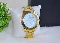 Мужские часы золотистые.