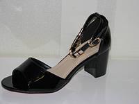 Красивые женские лаковые босоножки черные на невысоком каблуке закрытая пятка
