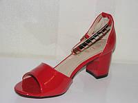 Удобные женские лаковые босоножки красного цвета на каблуке закрытая пятка