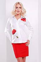Белая блузка классического кроя с маками