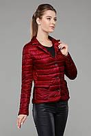 Красная короткая куртка Дикси застегивается на пуговицы