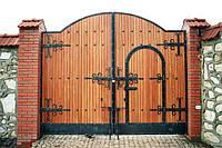 Деревянные ворота с элементами ковки или как красиво защитить дом своими руками