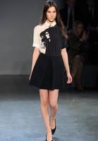 Платье Victoria Beckham черного цвета с портретным принтом KM70527