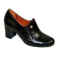 Кожаные женские туфли на невысоком каблуке, декорированы фурнитурой. 37 размер