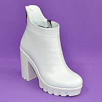 Ботинки белые кожаные женские демисезонные на высоком каблуке, декорированы молнией