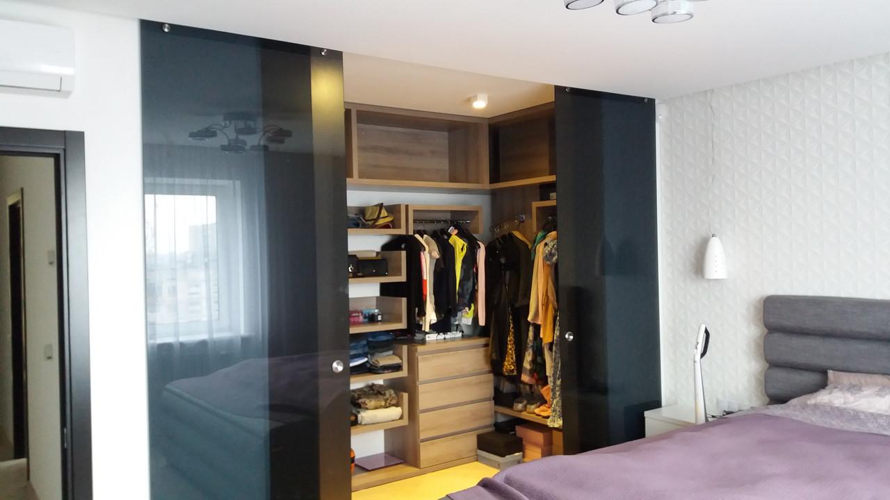 Стеклянная гардеробная комната