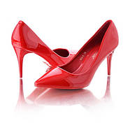 Красные лаковые туфли на шпильке